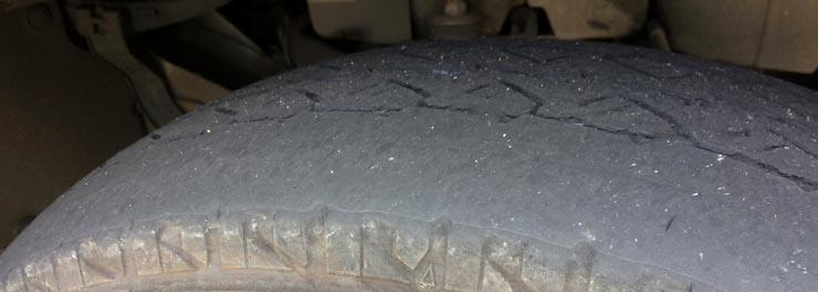 トラックのタイヤの交換タイミングと選び方
